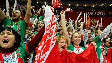Mistrzostwa Europy w piłce ręcznej mężczyzn 2016 dla Katowic dobiegły końca. Wtorkowy mecz Chorwacji z Islandią był ostatnim meczem grupy B, który odbył się w Spodku. Grali u nas także Białorusini i Norwegowie.<br> Wydawało się, że brak Polaków odstraszy kibiców, tymczasem w Spodku piłkarze ręczni walczyli przy niemal pełnych trybunach, które mogą pomieścić ponad 10 tysięcy osób. Przed niedzielnym meczem Chorwacji z Norwegią pojawiła się informacja, że wejściówek na to spotkanie już nie ma. <br> Kolorytu dodawali rzecz jasna kibice zza granicy. Kolorowe i rozśpiewane grupy Norwegów i Islandczyków. Głośni Białorusini. I tylko Chorwatami jesteśmy nieco rozczarowani. Sami jednak na to zapracowali. Jako jedyni spośród nacji biorących udział w polskim Euro nie zamawiali biletów na turniej przez swoją rodzimą federację. Wejściówki postanowili zakupić na własną rękę. Efekt był taki, że byli rozrzuceni po trybunach Spodka. <br> Zobaczcie, jak kibice dopingowali zawodników podczas Mistrzostw Europy w piłce ręcznej mężczyzn 2016.
