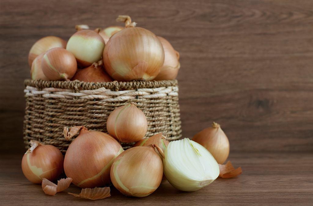 Jak przechowywać cebulę? Najlepiej w suchym i ciemnym miejscu. Zdjęcie ilustracyjne, Evgeniya369/shutterstock.com