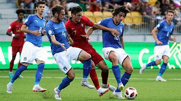 Włosi Gianmaria Zanandrea i Sandro Tonali (z prawej) walczą piłkę z Portugalczykiem Joao Filipe podczas finału mistrzostw Europy U-19