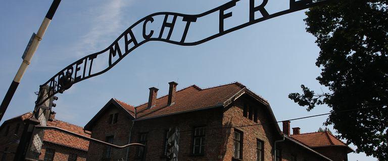 Nadzy aktywiści zabili jagnię przed bramą Auschwitz. Jest wyrok sądu