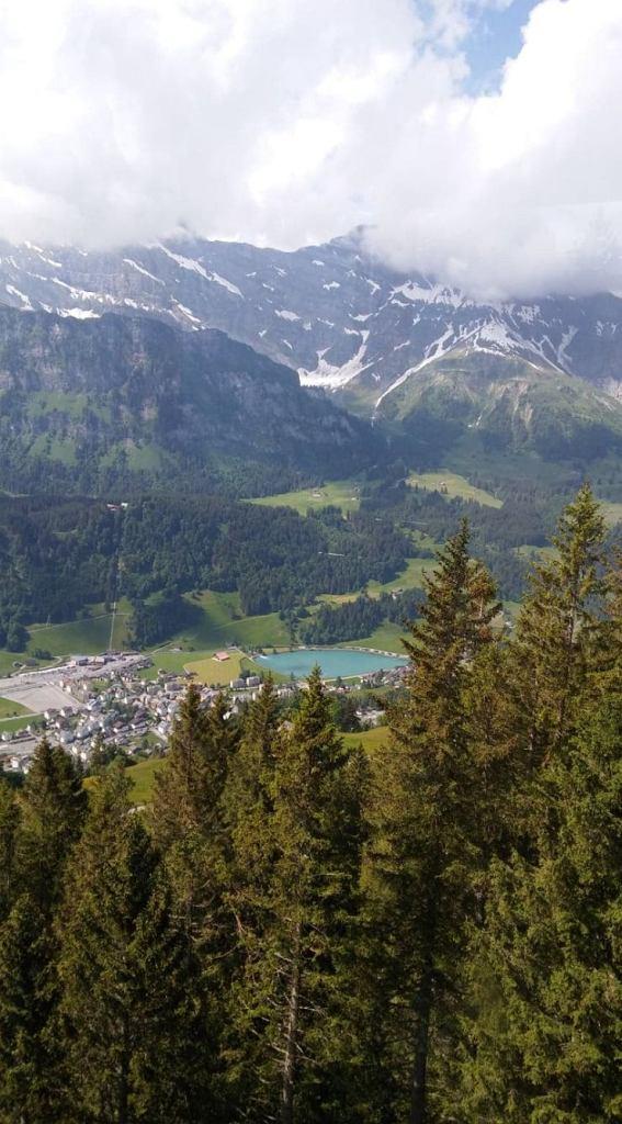 43 minuty. Tyle jedzie się do Engelberg z Lucerny, tym samym tylko tyle zajmuje przeniesienie się z miasta na wysokość tysiąca metrów