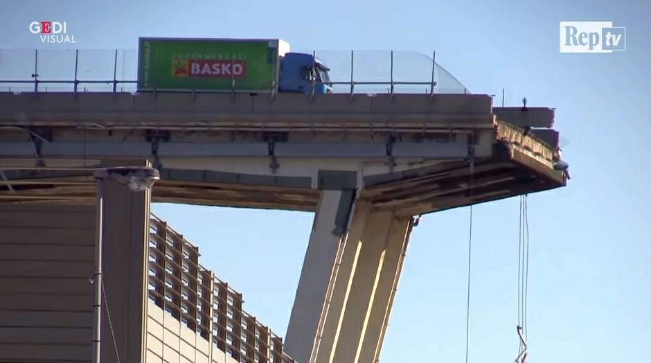 Porzucona na moście w Genui ciężarówka ma wciąż włączony silnik