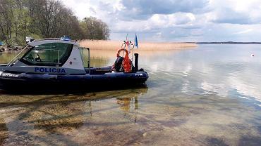 Policyjna motorówka na Jeziorze Dargin koło Węgorzewa.