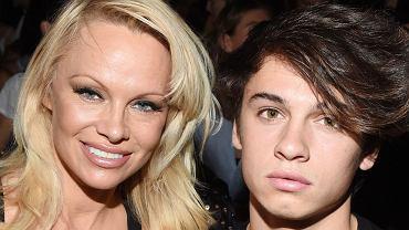 Pamela Anderson w sobotę pojawiła się na pokazie mody Alexandra Wanga odbywającego się w ramach New York Fashion Weeku. Gwiazda przybyła na niego w towarzystwie swojego syna, ale to jej dość nietypowa wpadka skradła tym razem naszą uwagę. Jesteście gotowi, by to zobaczyć?
