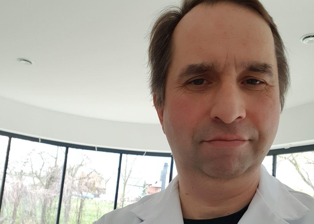 Dr Adam Paszkowski prowadzi we Wrocławiu punkt szczepień przeciw COVID-19.