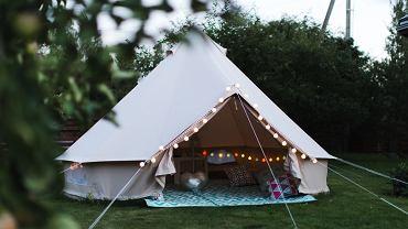 Namiot dla dzieci - przepis na tajemniczy ogród i popołudnie na plaży. Zdjęcie ilustracyjne