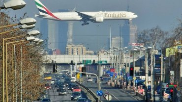 Boeing 777-300 Emirates nad Al. Krakowską w Warszawie