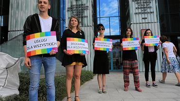 Pikieta aktywistów organizacji Kampania Przeciw Homofobii (ws. sprawie drukarza, który odmówił wydrukowania plakatów dla organizacji LGBT). Warszawa, 16 czerwca 2018