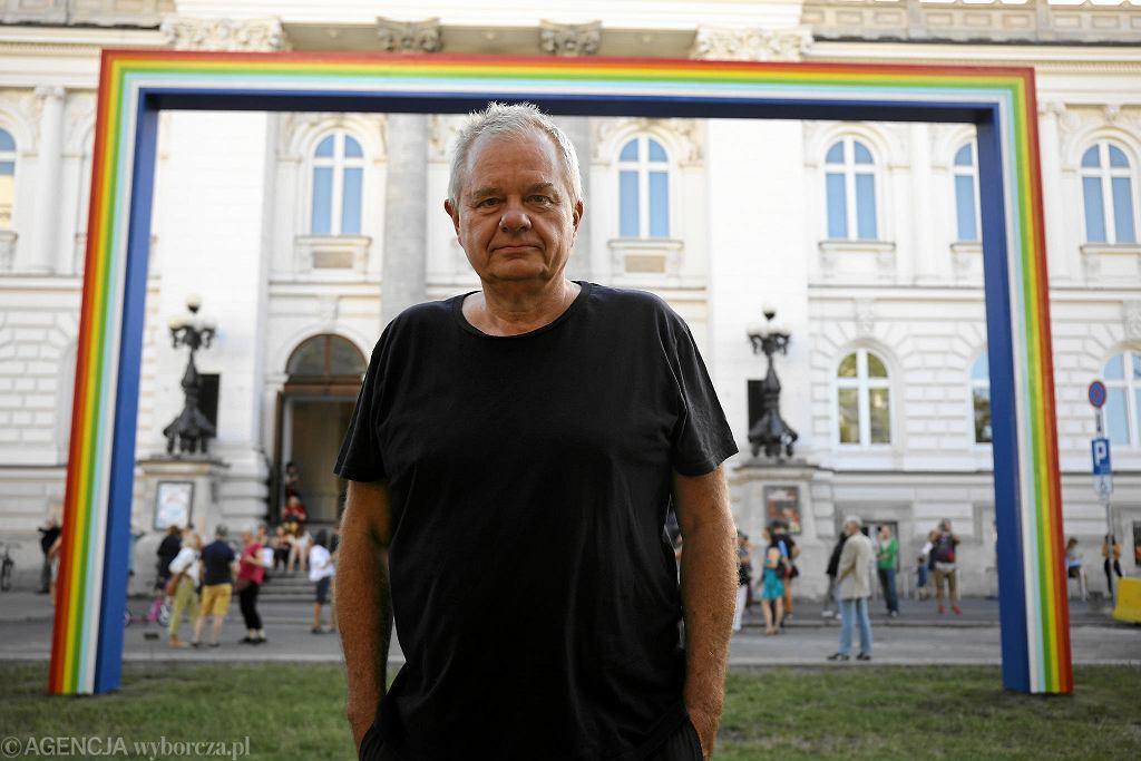 Na Placu Małachowskiego przed Zachętą można siedzieć na leżakach i podziwiać Tęczę - instalację Marka Sobczyka, która stała przed galerią w 1991 r., a teraz wróciła tu na wakacje. Na zdjęciu - z autorem.  / MACIEK JAŹWIECKI