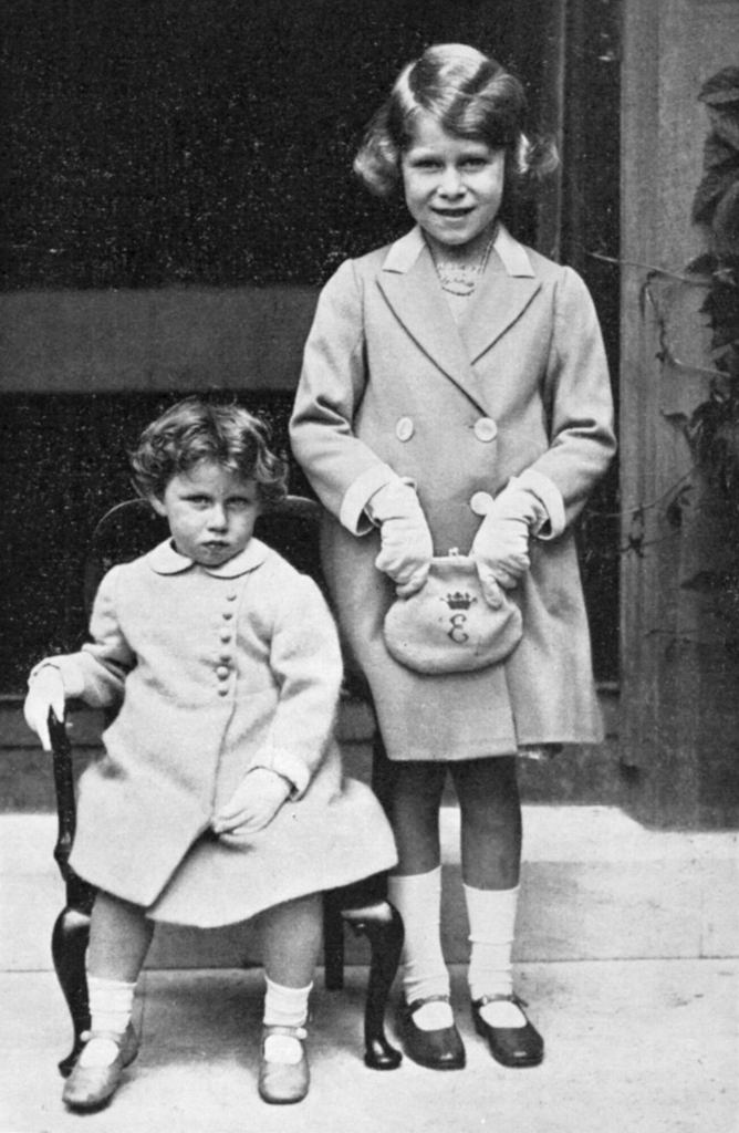 Królowa Elżbieta z siostrą