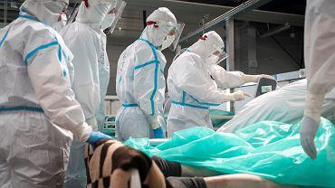 Lekarze i pacjenci ze szpitala covidowego