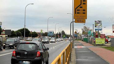 Ul. Bielska - ten znak zaleca jazdę na suwak