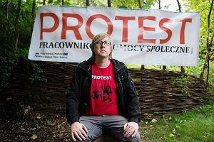 Protest pracowników socjalnych w Warszawie. Zarabiają tyle, że większości nie stać, żeby przyjechać