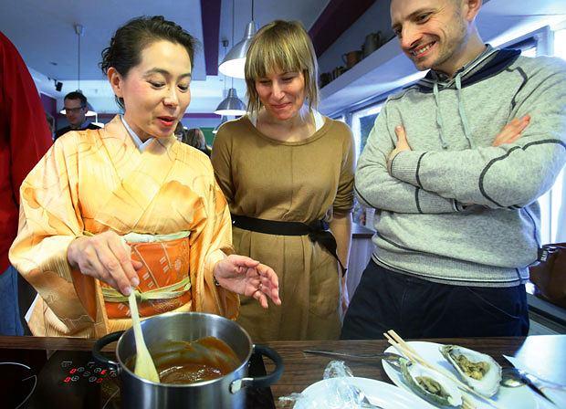 Ryż, umami i samuraje: przewodnik po kuchni japońskiej, kuchnie świata, kuchnia, Przygotowanie sosu dengaku do ostryg. To danie z prefektury Miyagi