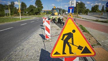 Remontowane drogi w Łodzi, zdjęcie ilustracyjne.  Przebudowa ul. Rokicińskiej.