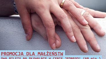 Plakat dotyczący walentynkowej promocji dla małżeństw na basenie OSiR Polna.