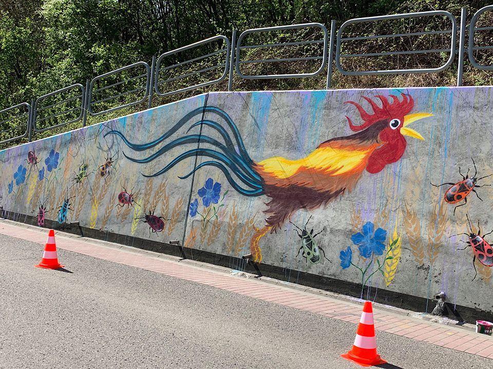 Pcim. Młodzież namalowała mural przedstawiający koguta jako symbol ich wsi. Ksiądz uznał go za symbol zdrady i połączył z promocją LGBT
