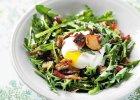 Sałatka z rukolą, grzankami i jajkiem sadzonym - Zdjęcia