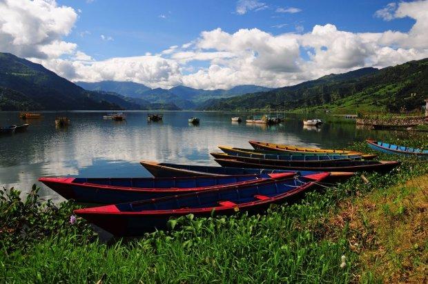 Pokhara jest pięknie położona nad jeziorem i u stóp himalajskich szczytów.