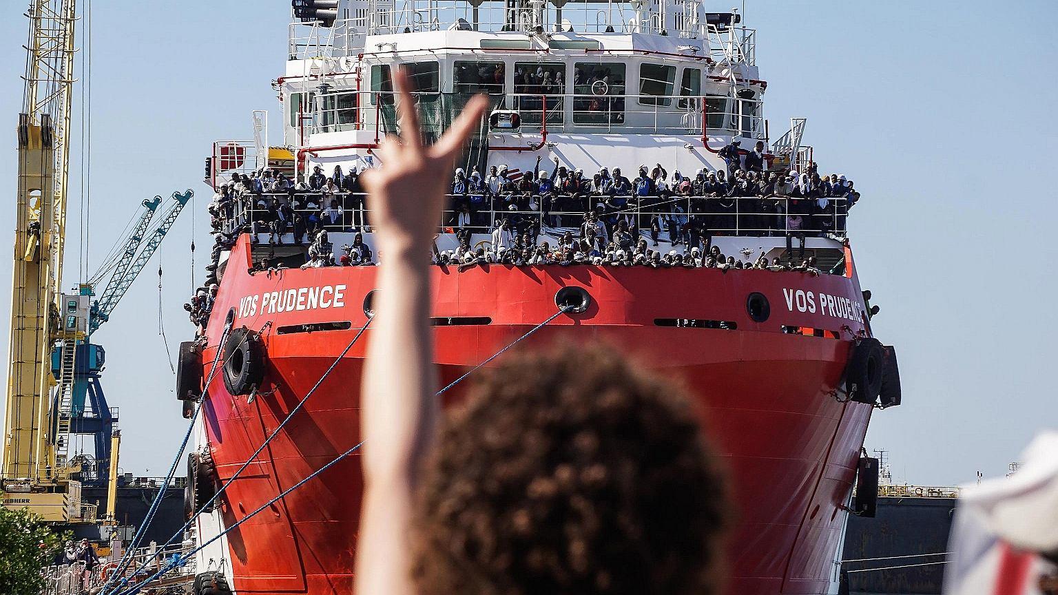 Statek ratowniczy VOS 'Prudence', z uratowanymi imigrantami na pokładzie, cumuje w porcie w Neapolu