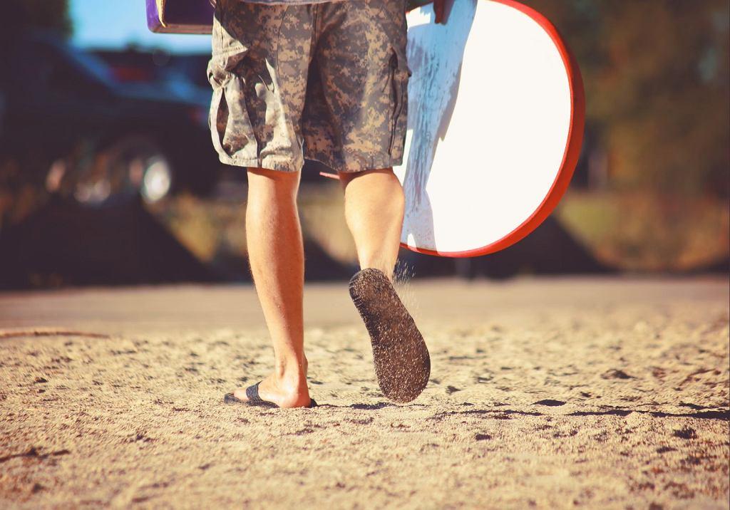W latach 60. XX wieku japonki stały się znakiem rozpoznawczym kalifornijskich surferów. Nazwali je flip-flops, od dźwięku, który wydaje klapiący but / Fot. Annette Shaff/Shutterstock.com