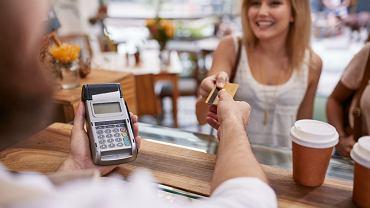 'Cash back' to alternatywa bankomatu. W sklepie czy na stacji benzynowej, która oferuje taką usługę, można wypłacić gotówkę