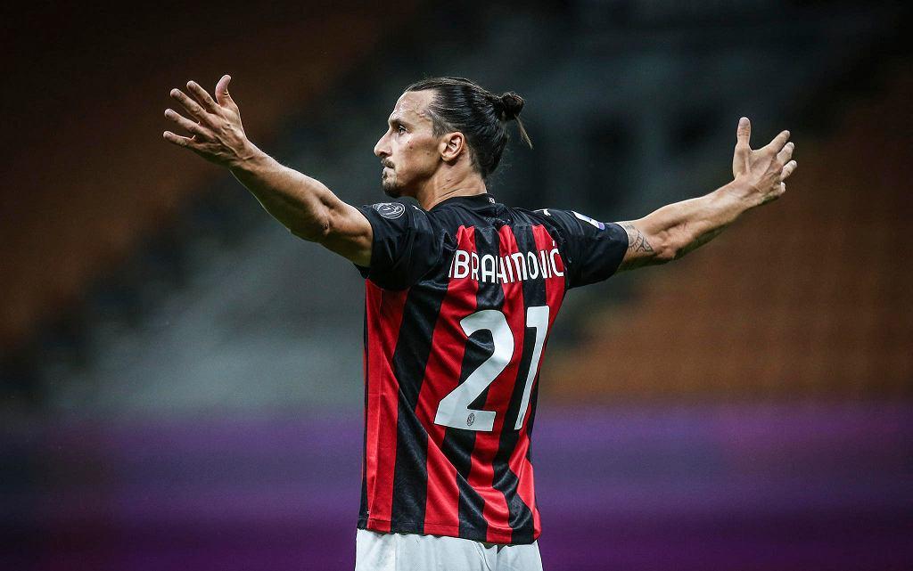 Zlatan Ibrahimovic triumfuje po golu, AC Milan wygrywa z Cagliari 3:0