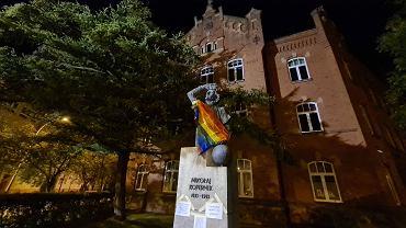W nocy z wtorku na środę nieznani aktywiści zawiesili tęczowe flagi na krośnieńskich pomnikach Ignacego Łukasiewicza i Mikołaja Kopernika. To gest solidarności z aresztowaną 7 sierpnia Margot, aktywistką LGBT z kolektywu Stop Bzdurom