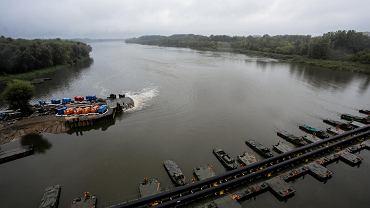 Most pontonowy, na którym we wrześniu 2019 r. ułożono rurociąg zastępczy odprowadzający ścieki z uszkodzonych kolektorów oczyszczalni Czajka.