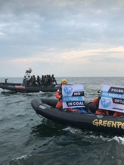 Zdjęcie numer 2 w galerii - Greenpeace zablokował w gdańskim porcie statek z węglem z Mozambiku