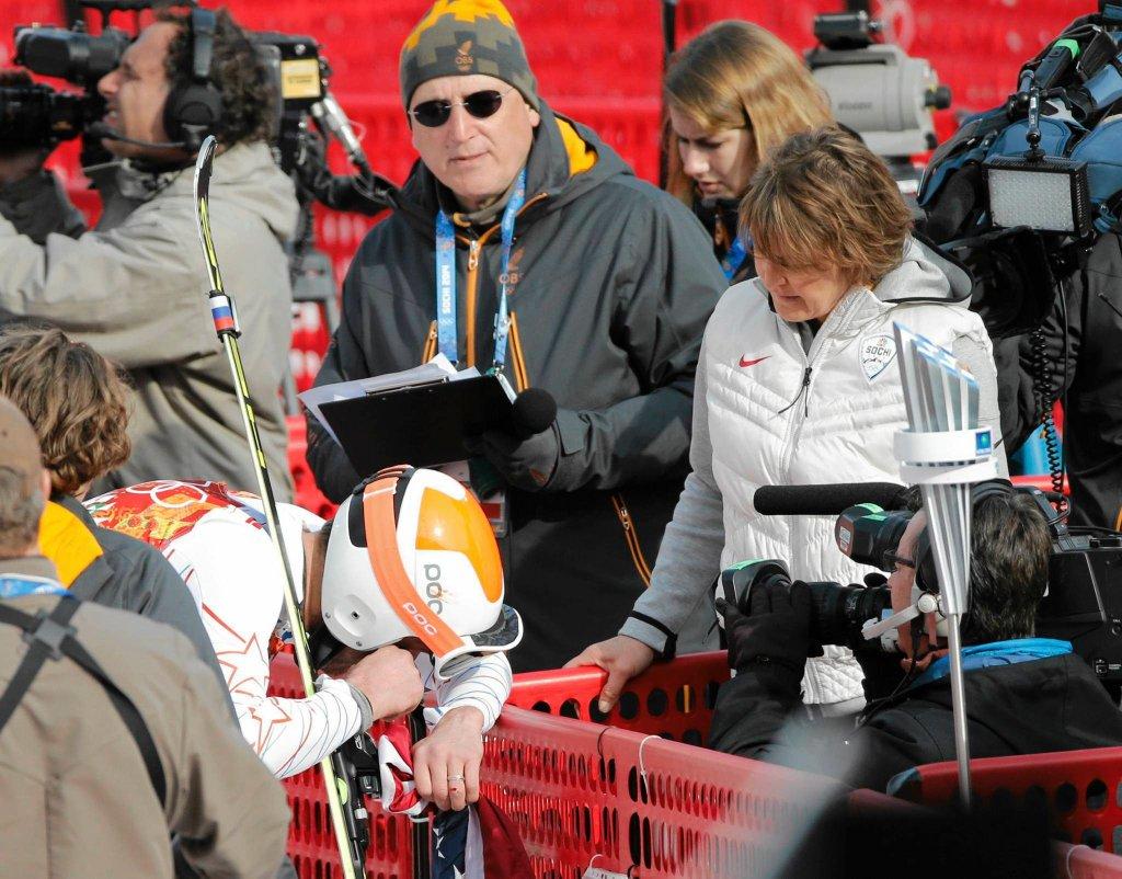 Bode Miller klęczy przed dziennikarką NBC podczas wywiadu