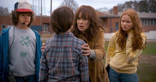 'Stranger Things' sezon 2.  Max (Sadie Sink) - Nowa dziewczyna w szkole. Ciężko się jej przystosować po wyjeździe z Kalifornii. Jeździ na desce, mistrzyni gier wideo