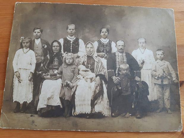Prababcia Rafała Szeli (trzecia z lewej w górnym rzedzie), która zajęła się pasieką po zamordowaniu męża w Twerze