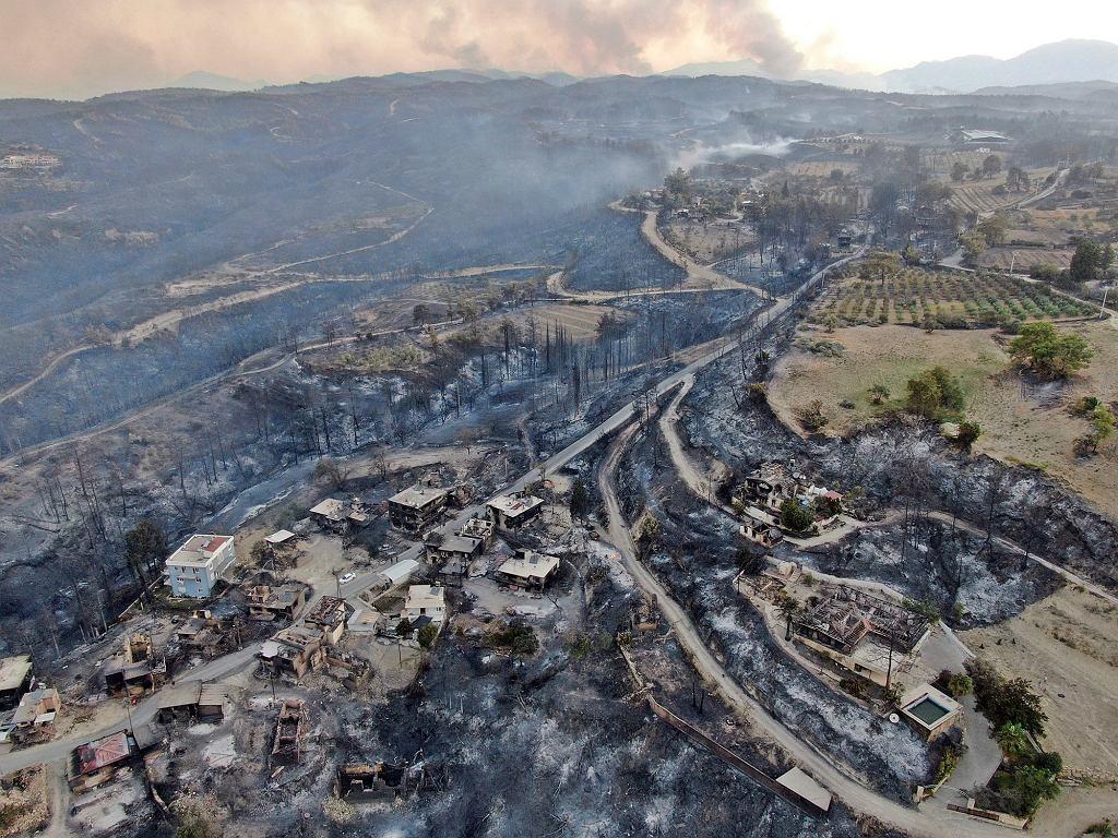 Widok z lotu ptaka na spustoszone w wyniku pożaru okolice Antalyi w Turcji