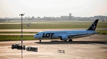 Samolot LOT na lotnisku