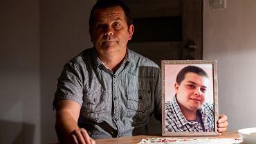 Andrzej Koczan z portretem syna Rafała, który spalił się w samochodzie jesienią ub.r. Miał 25 lat. Pracodawca ubezpieczył go w co najmniej pięciu towarzystwach asekuracyjnych