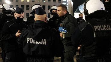 Robert Bąkiewicz podczas blokady Strajku Kobiet.