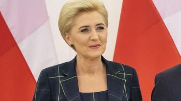 Agata Duda na Litwie. Pierwsza Dama w świetnej stylizacji. Pasek w szczupłej talii to wisienka na torcie