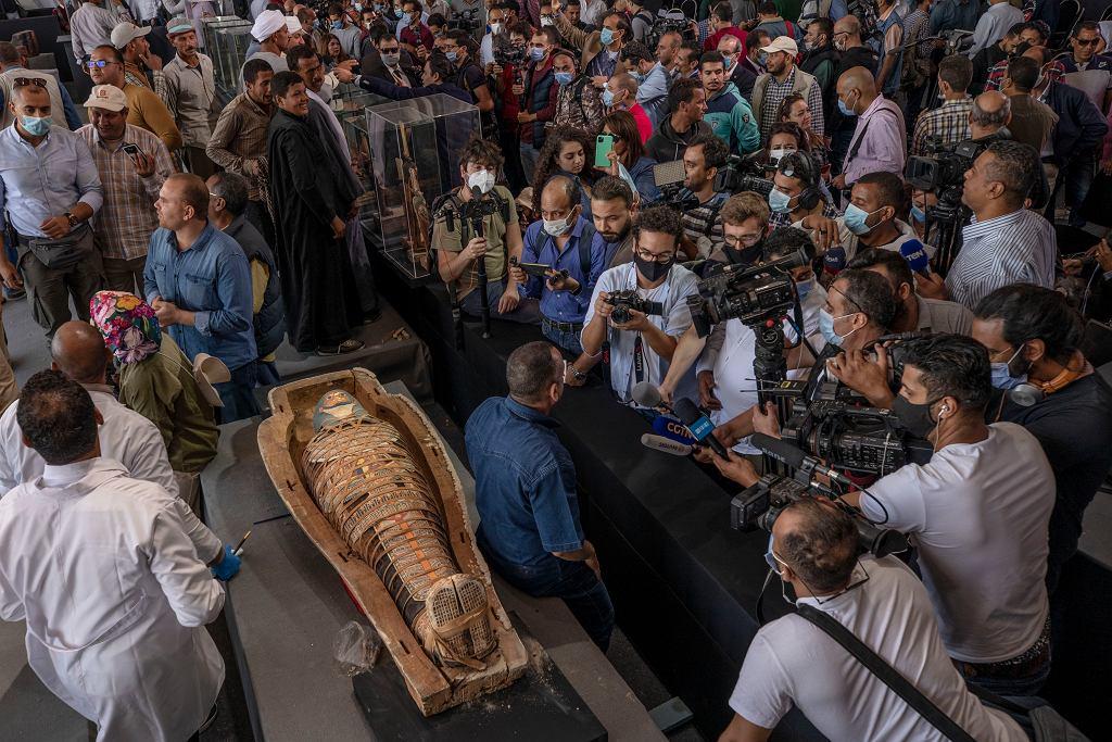 Naukowcy odkryli ponad 100 sarkofagów i 40 posągów w Sakkarze w Egipcie.