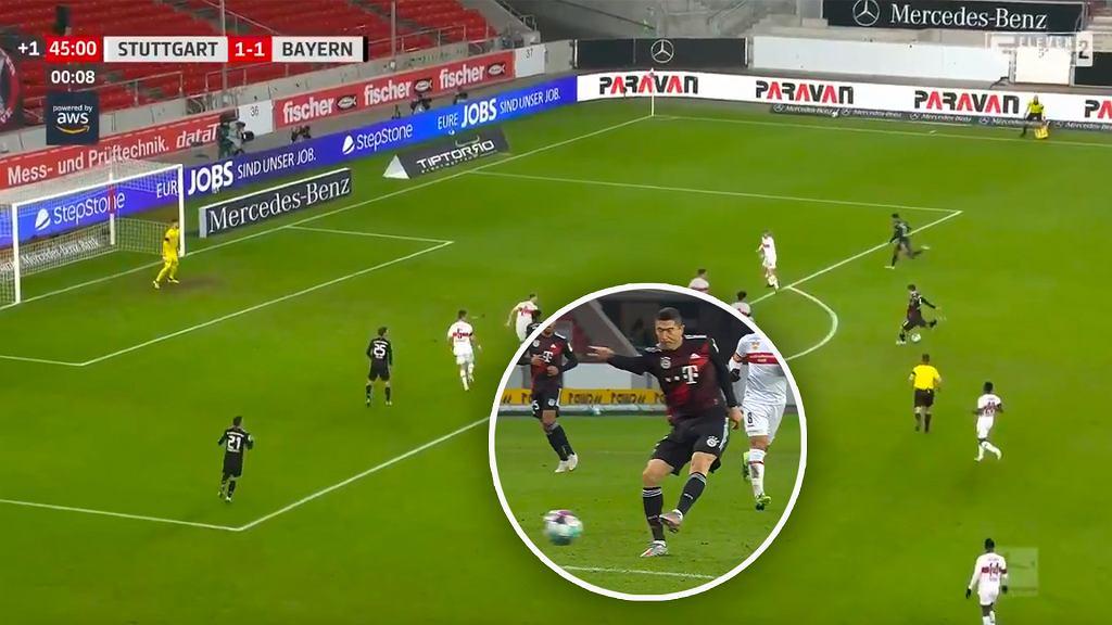 Robert Lewandowski strzela gola w meczu VfB Stuttgart - Bayern Monachium