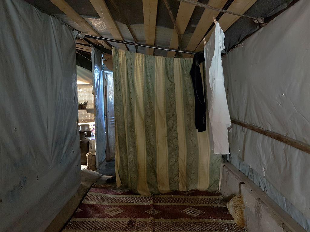 Wnętrze jednego z namiotów w obozie uchodźców w Arsalu