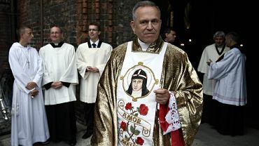 Ksiądz Henryk Jankowski przed kościołem św. Brygidy w Gdańsku