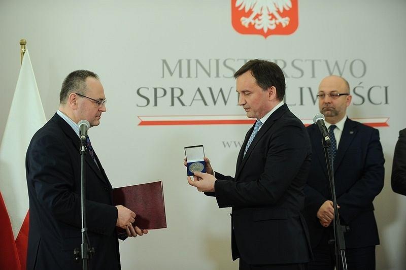 Polski konsul, który w tym roku został wydalony z Norwegii, otrzymał medal za zasługi dla wymiaru sprawiedliwości. Sławomir Kowalski został odznaczony przez Zbigniewa Ziobrę.