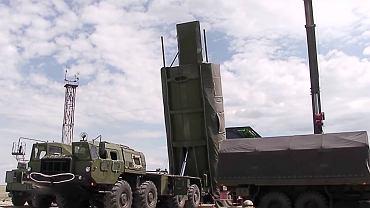 Załadunek głowicy systemu Awangard na rakietę spoczywającą w podziemnym silosie