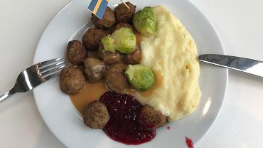 Mięsne klopsiki z ziemniaczanym puree i żurawinowym sosem to jedno z najpopularniejszych dań w IKEA