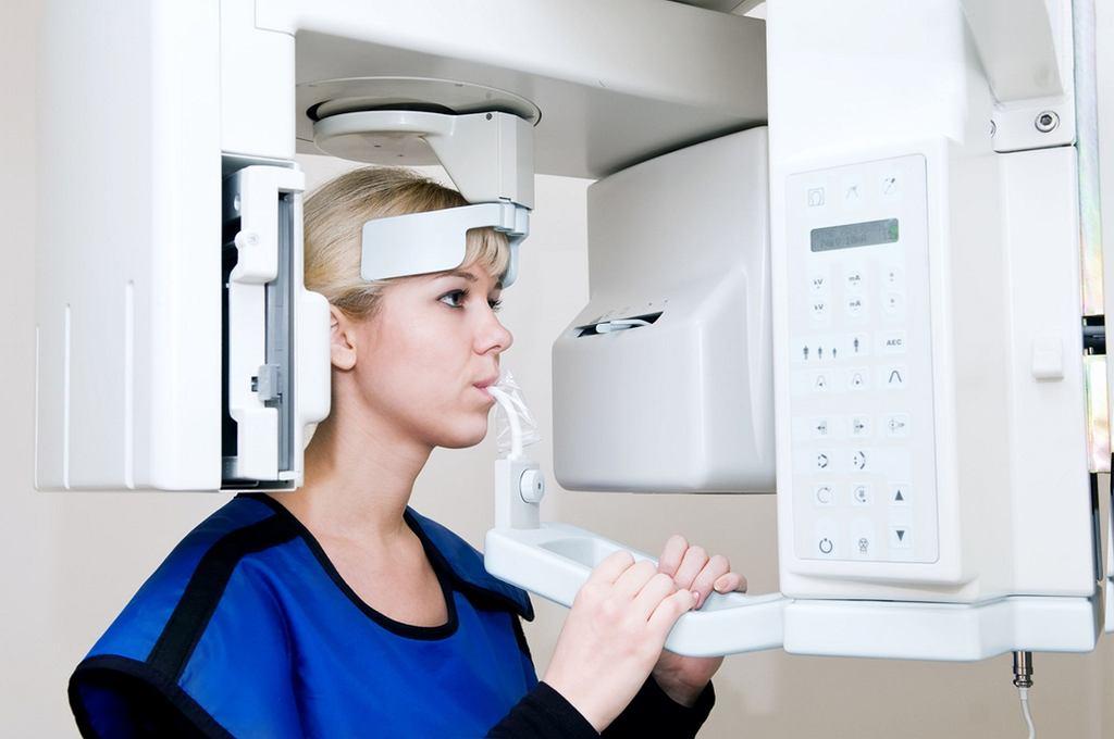 Zdjęcie pantomograficzne jest wynikiem badania rentgenowskiego. Do badania używa się pantomografu, a jego praca polega na ruchu głowicy aparatu (źródło promieniowania RTG) i rejestratora