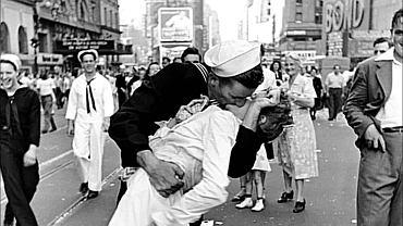 Zdjęcie-ikona marynarza całującego pielęgniarkę w V-J Day