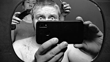 'Salon fryzjerski 2020' Tomasza Okoniewskiego, nagrodzona w kategorii Fotografia mobilna
