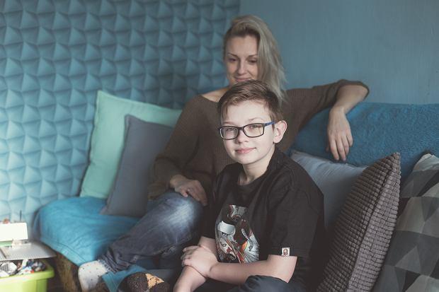 'Bruno nie jest zagrożeniem dla dzieci czy dorosłych, mukowiscydoza to choroba genetyczna, ale dla niego kontakty z ludźmi są ryzykowne. Dlatego uczy się zdalnie'. Na zdjęciu Taida z synem.
