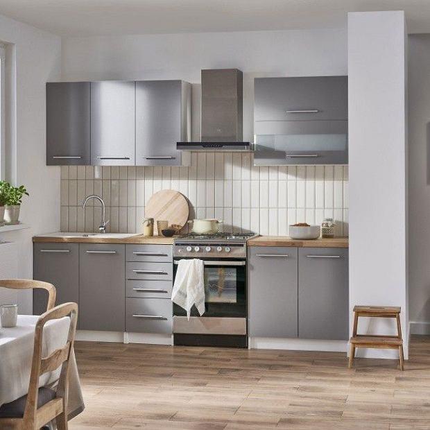 Blaty kuchenne - szare fronty zestawione z naturalnym odcieniem drewna.